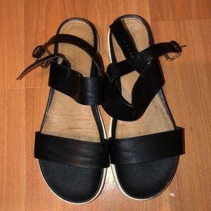 Black flat sandal with white platform